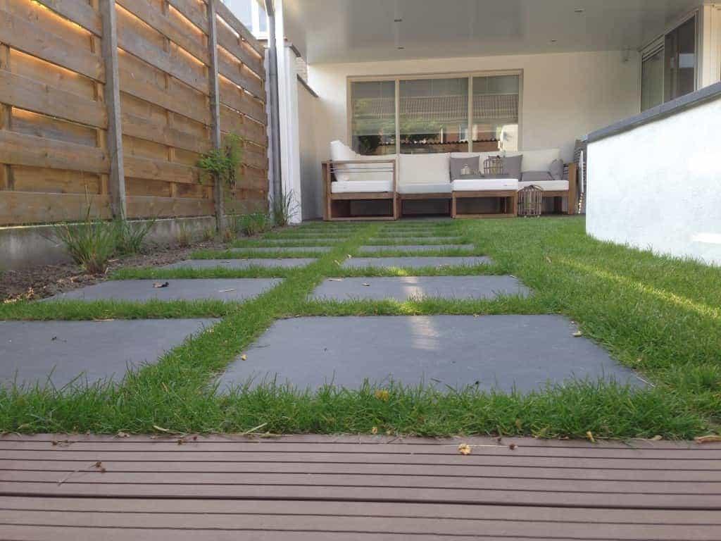 Grote Tegels Tuin : Gras met grote tegels om een pad naar de poort achter in onze tuin