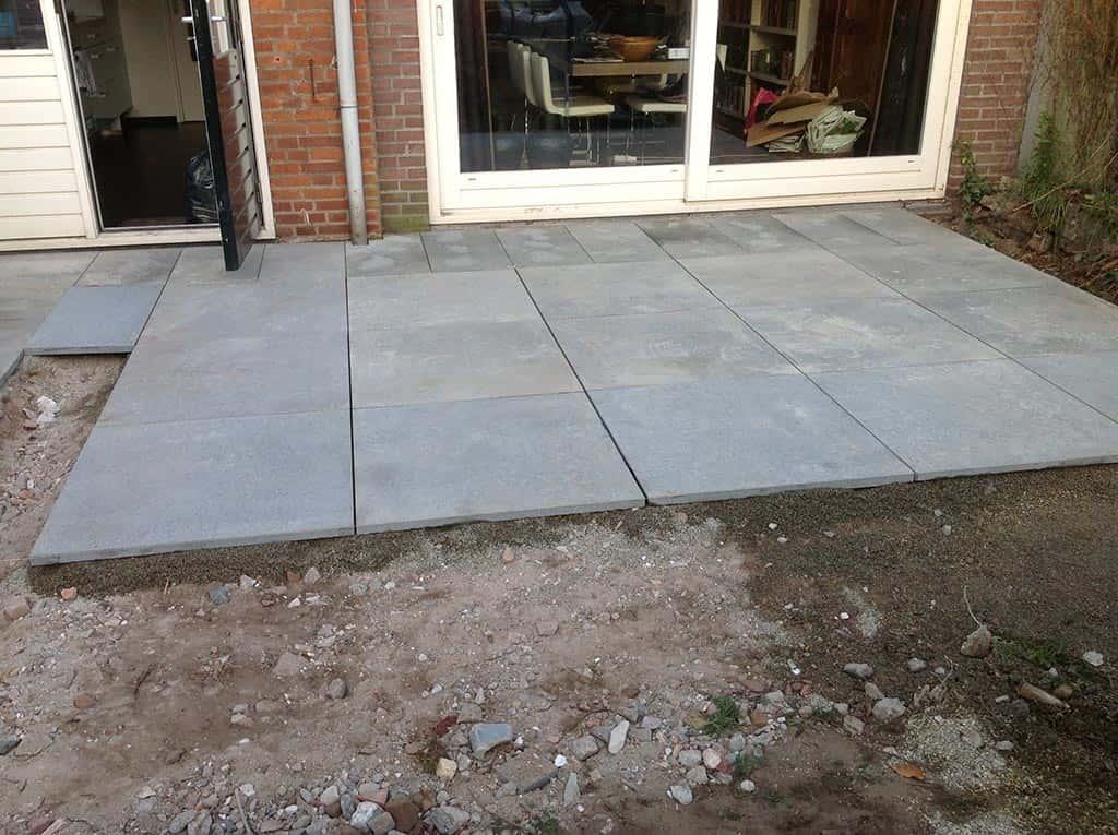 A van spelde hoveniers achtertuin renoveren tilburg - Dek een terras met tegels ...