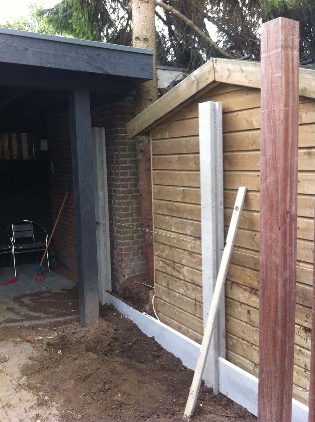 A van spelde hoveniers plaatsen van een beton schutting for Schutting zetten