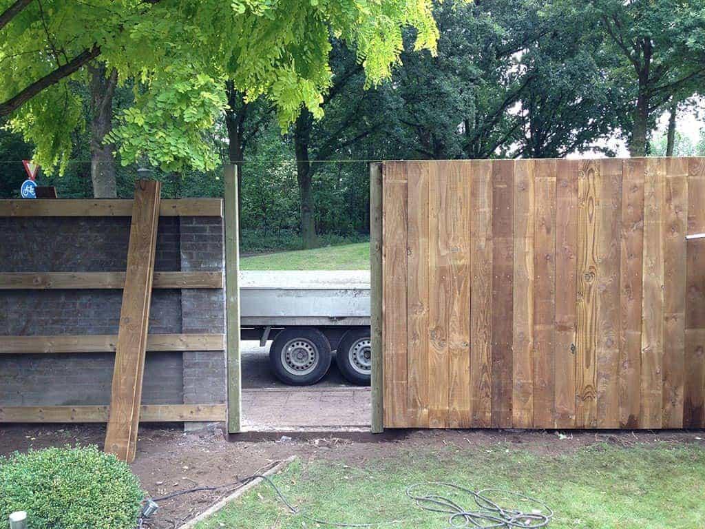 A van spelde hoveniers bijzondere schutting zetten in for Schutting tuin