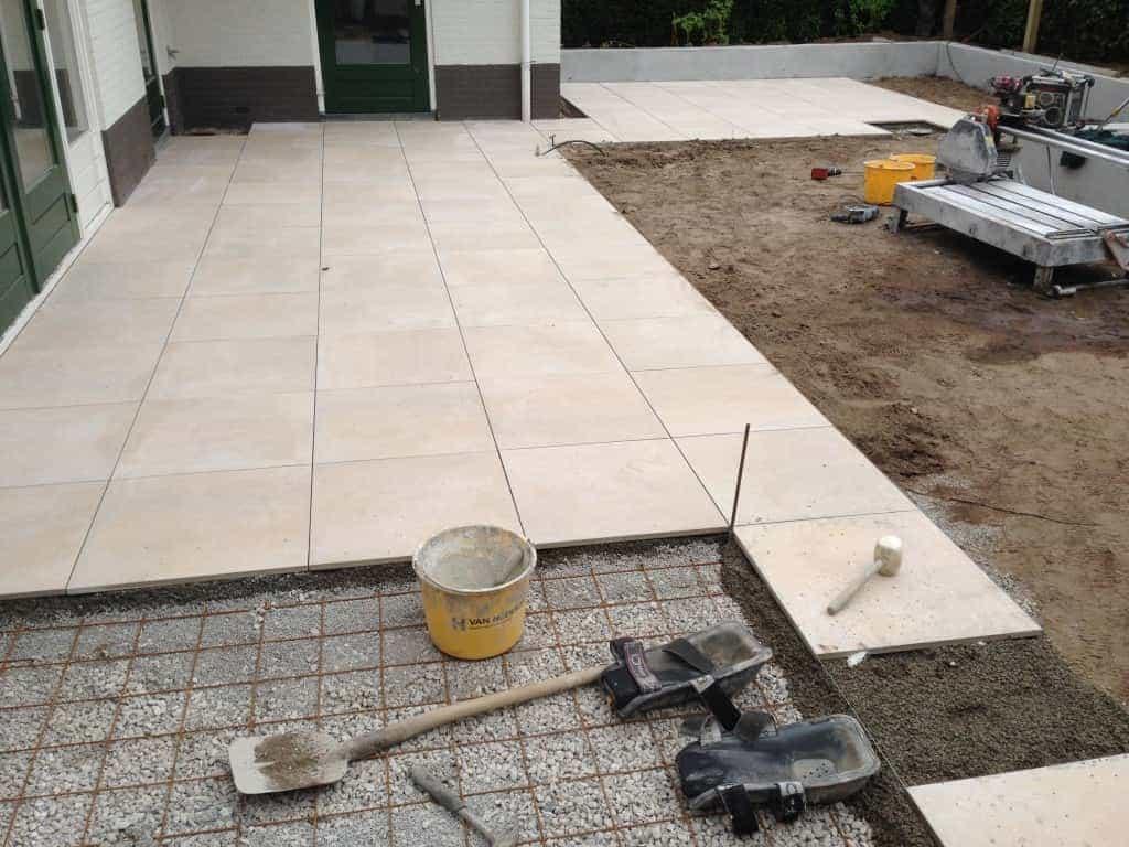 A van spelde hoveniers keramische buitentegels leggen - Dek een terras met tegels ...