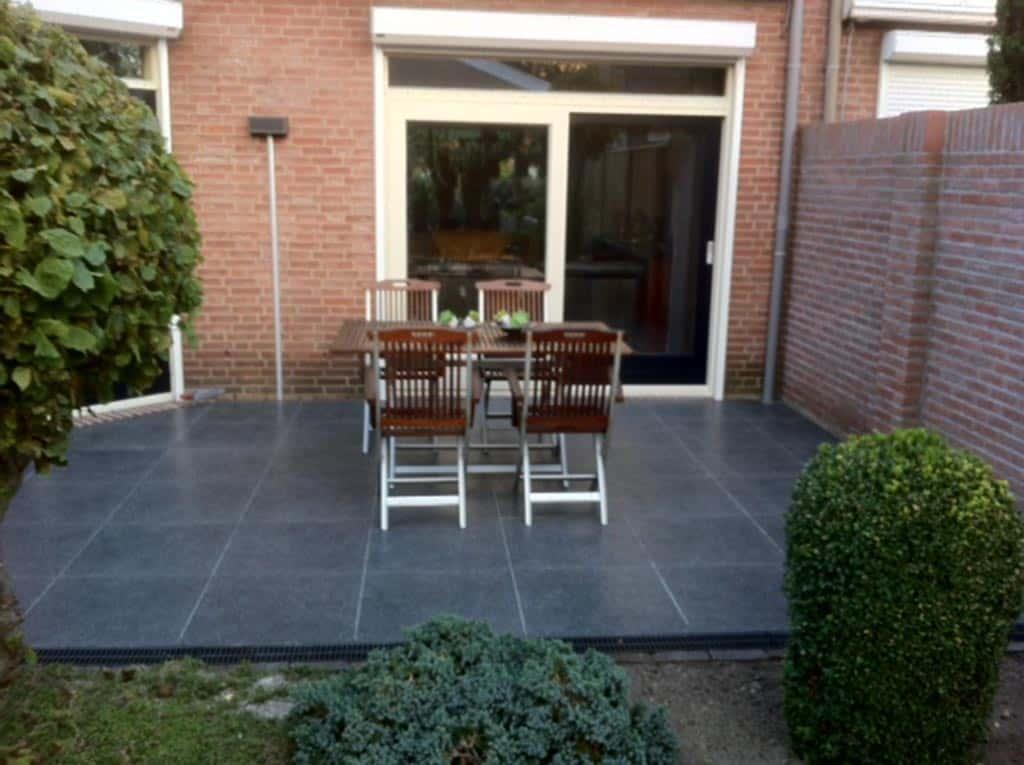 A van spelde hoveniers keramische buitentegels leggen - Foto van het terras ...
