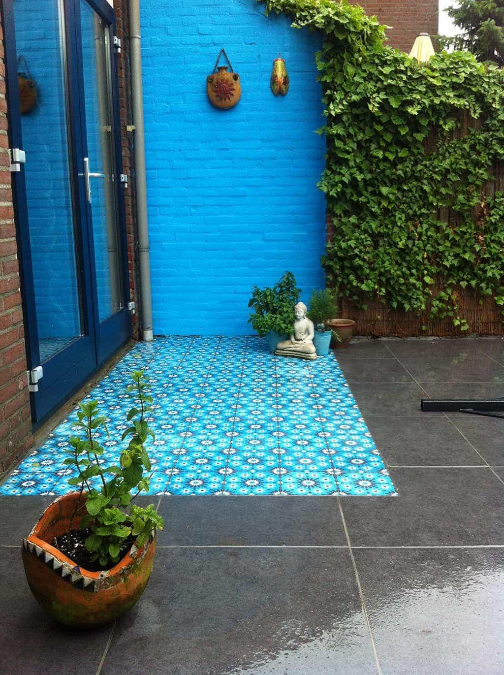A van spelde hoveniers keramische buitentegels leggen met mozaiek stenen - Tegel voor geloofwaardigheid ...