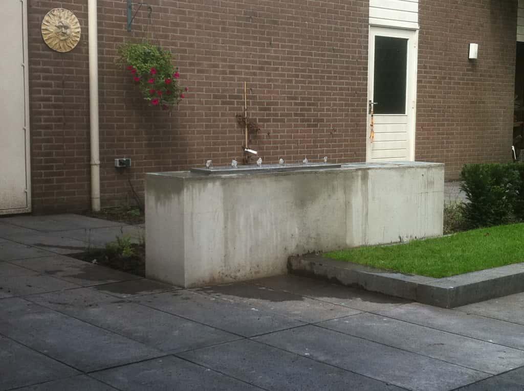 A van spelde hoveniers schellevis beton tegels gras en for Strakke tuinen met siergrassen