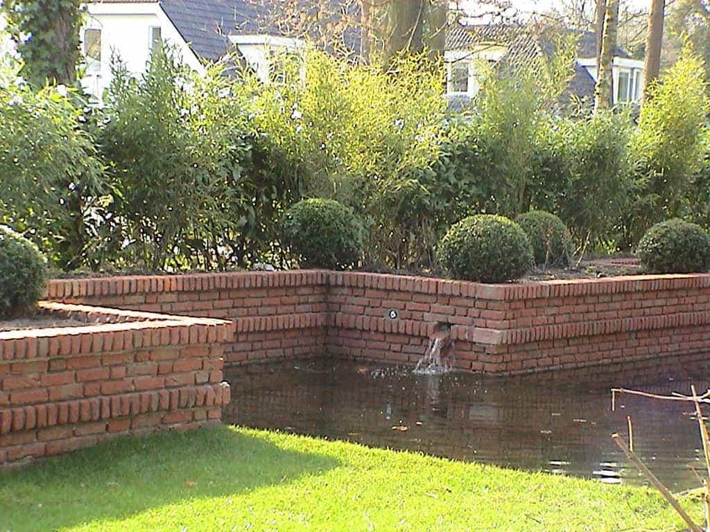 A van spelde hoveniers tuin aanleg met gemetselde muren in het water - Bamboe in bakken terras ...