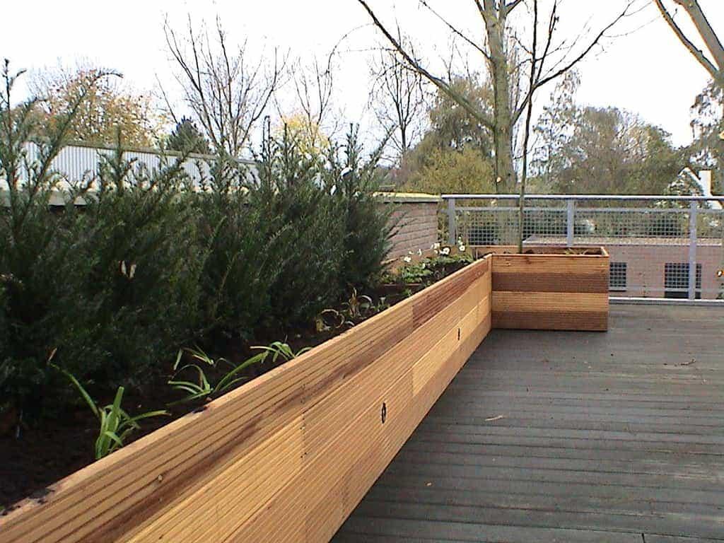 A van spelde hoveniers hardhouten bloembakken op dakterras - Een terras aan het plannen ...