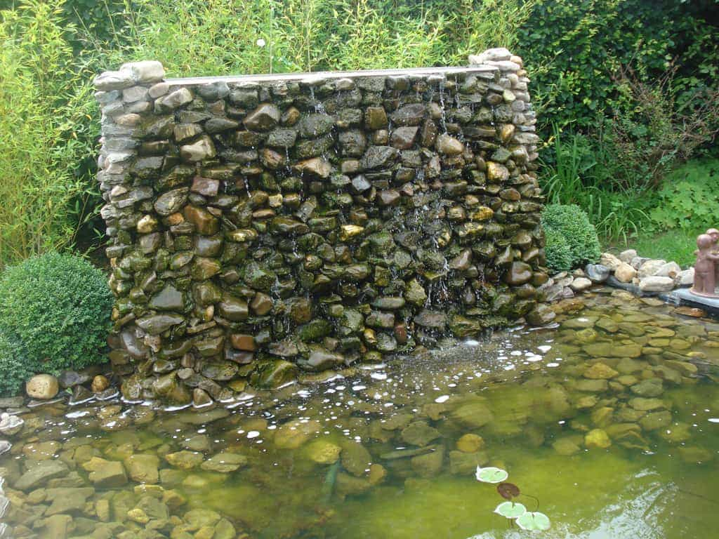 A van spelde hoveniers: watermuur met maaskeien