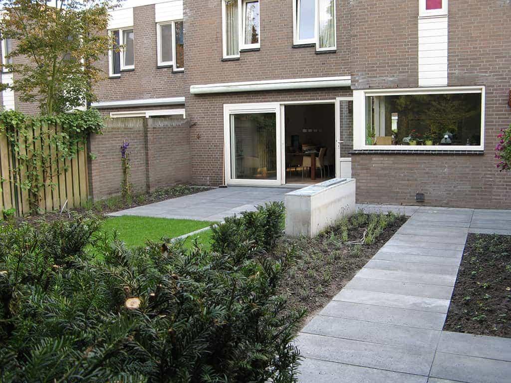 Grijze Tegels Tuin : A van spelde hoveniers: schellevis beton tegels gras en bamboes